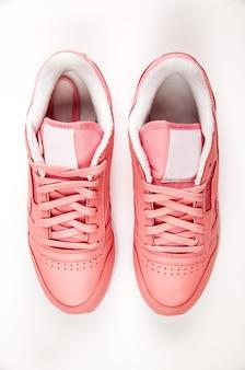 Sportieve leren sneakers. vrije stijl. klassiek. mode. roze en