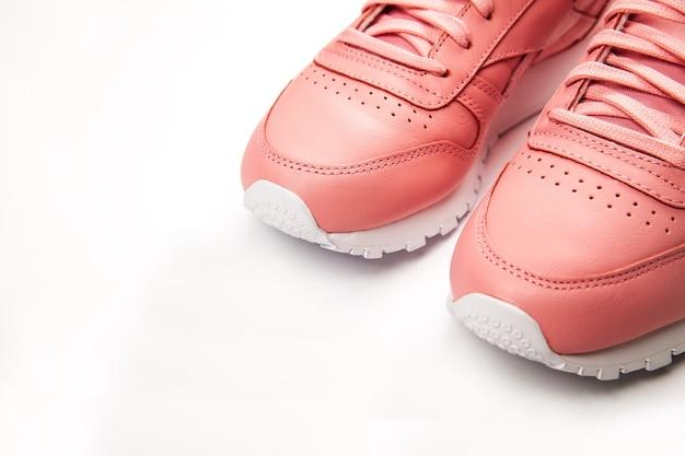 Sportieve leren sneakers. vrije stijl. klassiek. mode.