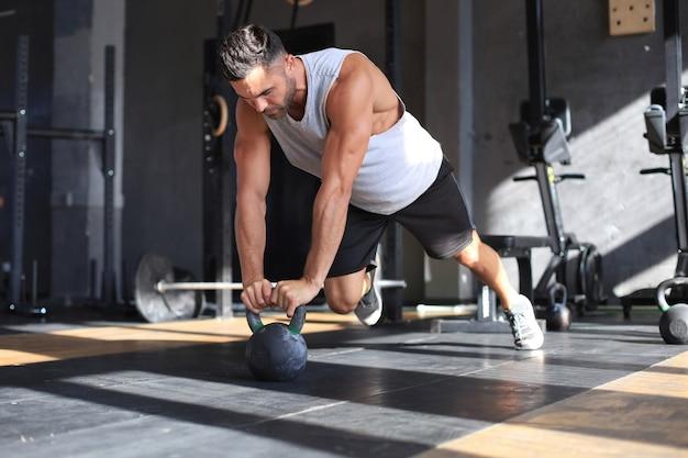 Sportieve man doet push-up in een sportschool.