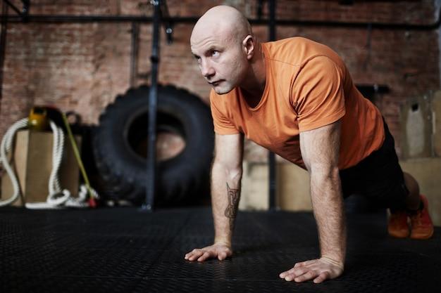 Sportieve man gewikkeld in training