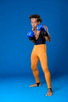 Sportieve man in bokshandschoenen opleiding