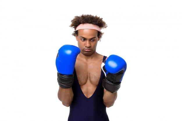 Sportieve man in bokshandschoenen poseren