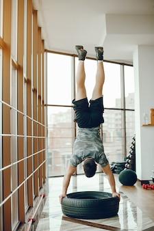 Sportieve man in een sportschool