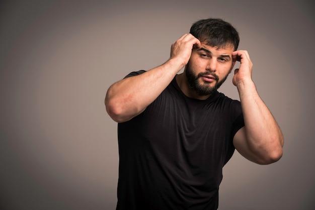 Sportieve man in zwart shirt verdedigt zichzelf.