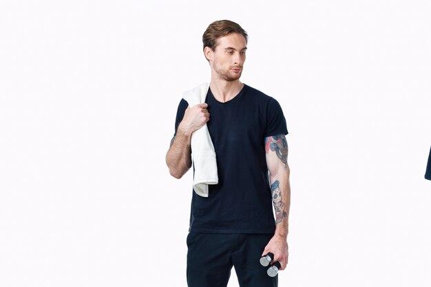 Sportieve man in zwarte tshirt halters workout fitness