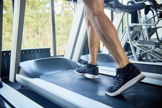 Sportieve man loopt op de loopband