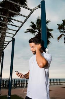 Sportieve man luisteren muziek buiten