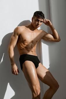 Sportieve man met gespierd lichaam zwarte onderbroek macho levensstijl. hoge kwaliteit foto