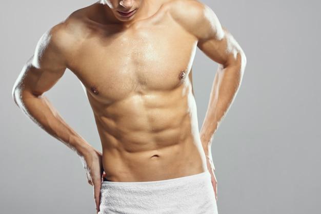 Sportieve man met opgepompt lichaam in bokshandschoenen workout oefening
