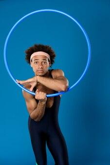 Sportieve man poseren met hoepel