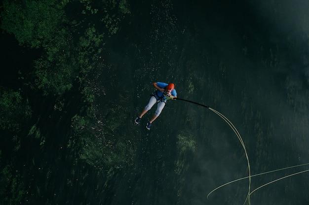 Sportieve man springen naar het avontuur
