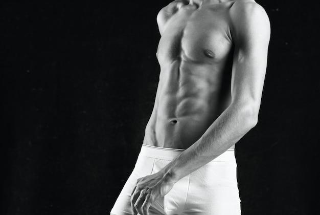 Sportieve man training spieren bijgesneden weergave Premium Foto