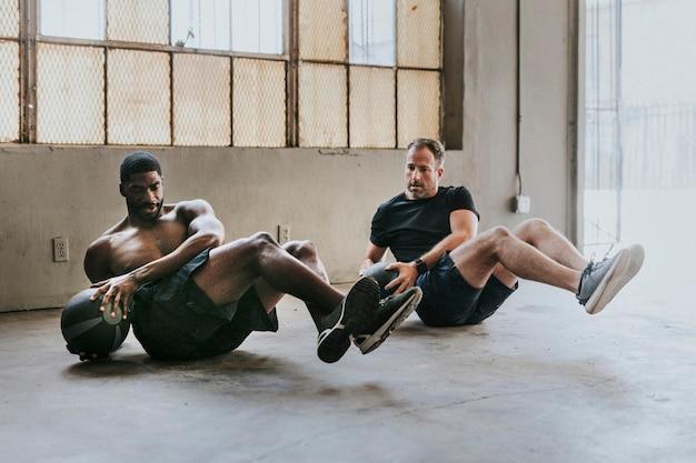 Sportieve mannen sporten met fitnessballen