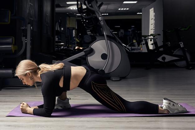 Sportieve meisje doet rekoefeningen