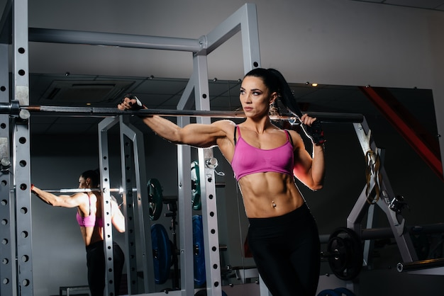 Sportieve meisje poseren in de sportschool. sporten, fitness.