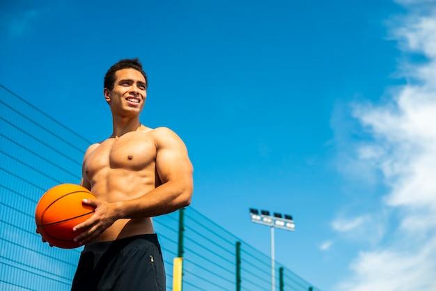 Sportieve mens die weg laag hoekschot kijkt