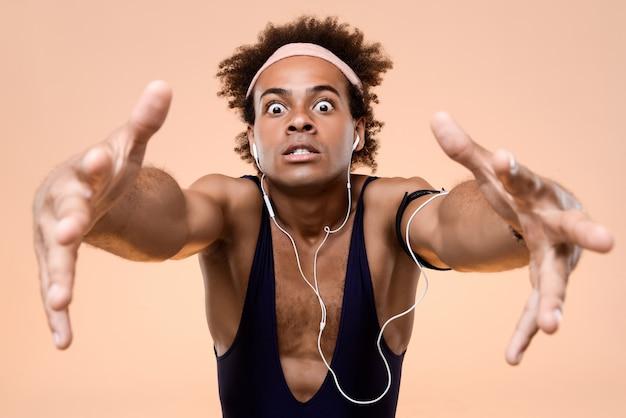 Sportieve mens het luisteren muziek die oortelefoons draagt