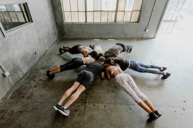 Sportieve mensen die een elleboogplank doen