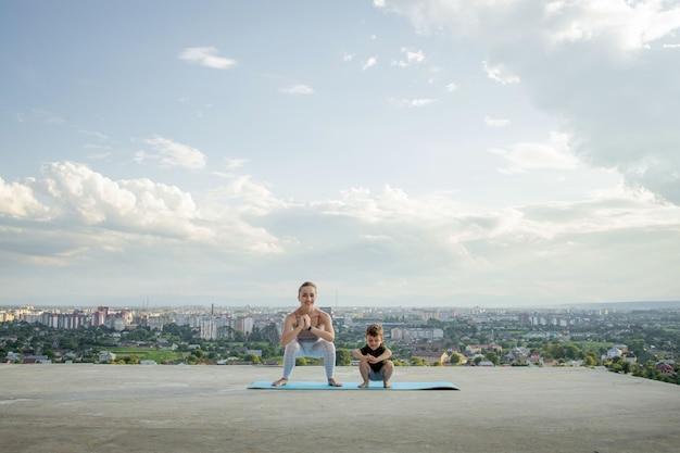 Sportieve moeder doet training met zoontje sportconcept