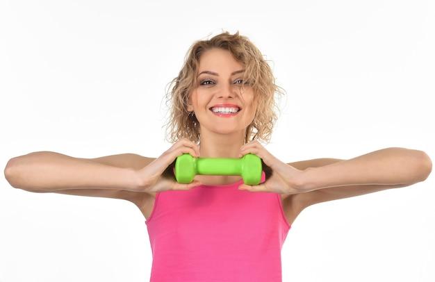 Sportieve mooie gelukkige vrouw met halter maakt fitness gezond atletisch meisje trainen met