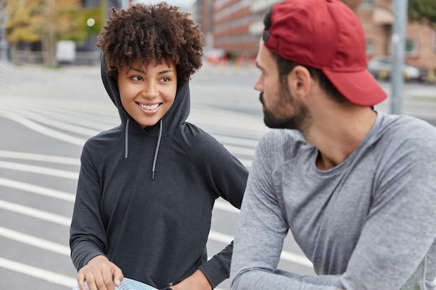 Sportieve paar poseren in buitenomgeving