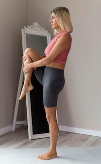 Sportieve rijpe vrouw met roze mouwloos onderhemd