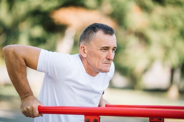 Sportieve senior uit te werken