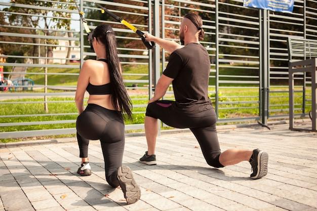 Sportieve vrienden trainen samen in het stadion