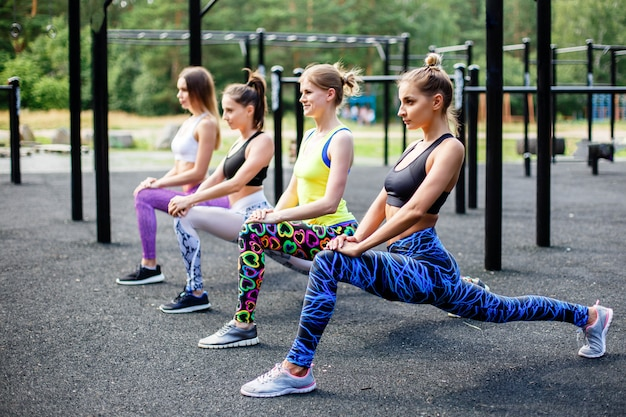 Sportieve vrolijke vrouwen die sportactiviteiten in openlucht doen.