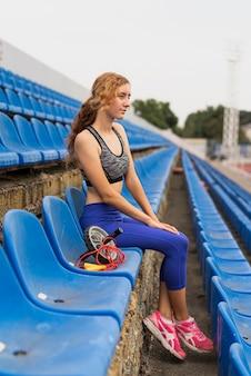Sportieve vrouw bij stadionzitting