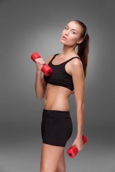 Sportieve vrouw die aërobe oefening doet