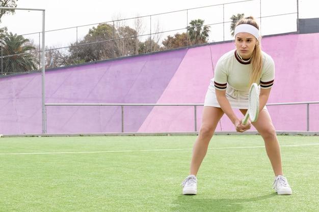 Sportieve vrouw die bal wacht te raken