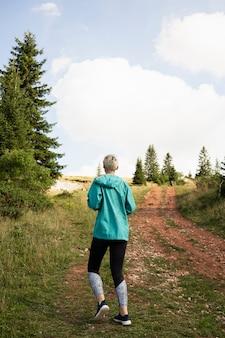 Sportieve vrouw die in de natuur loopt