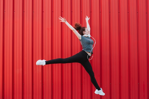 Sportieve vrouw die in sprong vliegt