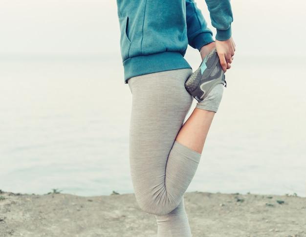 Sportieve vrouw die voorbereidingen treft te lopen
