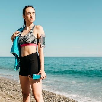 Sportieve vrouw die zich op het strand