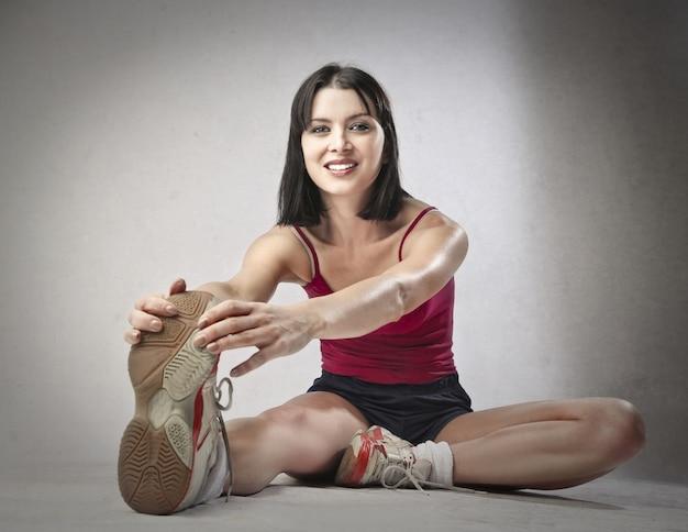 Sportieve vrouw die zich uitstrekt