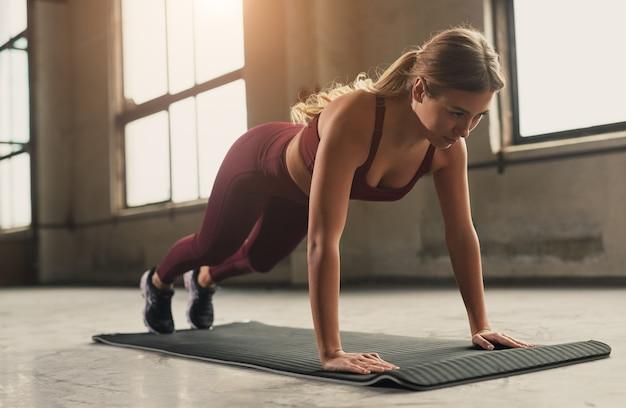 Sportieve vrouw doet push ups oefening