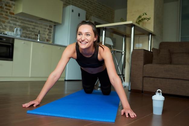 Sportieve vrouw in een training outfit die zich uitstrekt
