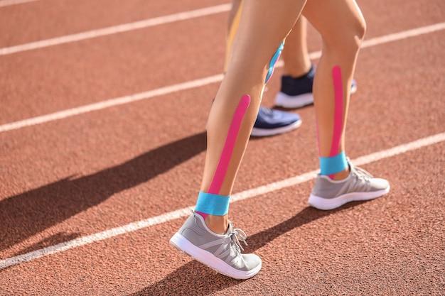 Sportieve vrouw met fysio tape stadium