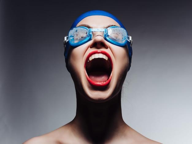 Sportieve vrouw met open mond zwembad zwemmen professional. hoge kwaliteit foto