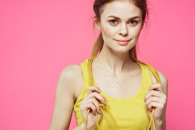 Sportieve vrouw met touwtjespringen in geïsoleerde handen