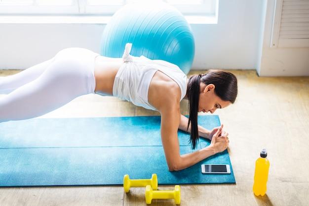 Sportieve vrouw opleiding thuis