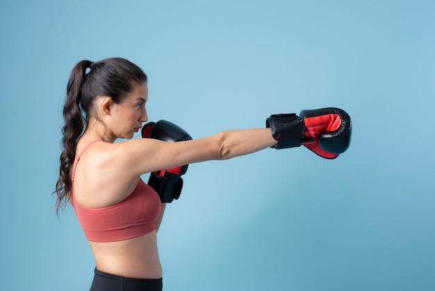 Sportieve vrouw ponsen op blauwe achtergrond