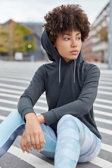 Sportieve vrouw poseren in buitenomgeving