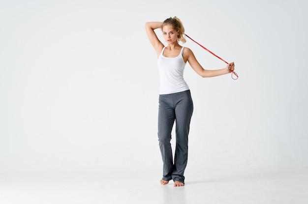 Sportieve vrouw springtouw in handen fitness workout