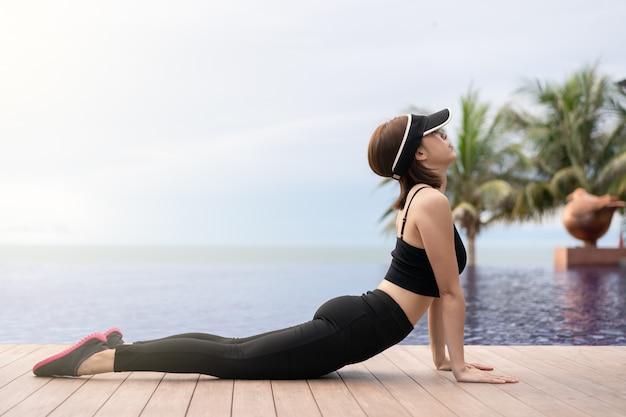 Sportieve vrouw stretching oefening buitenshuis doen.
