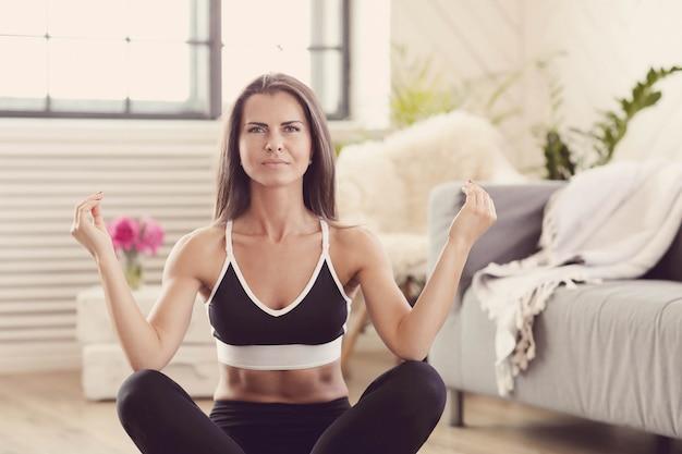 Sportieve vrouw thuis trainen