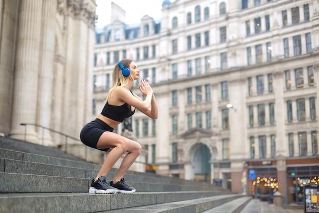 Sportieve vrouw training in de straat in londen