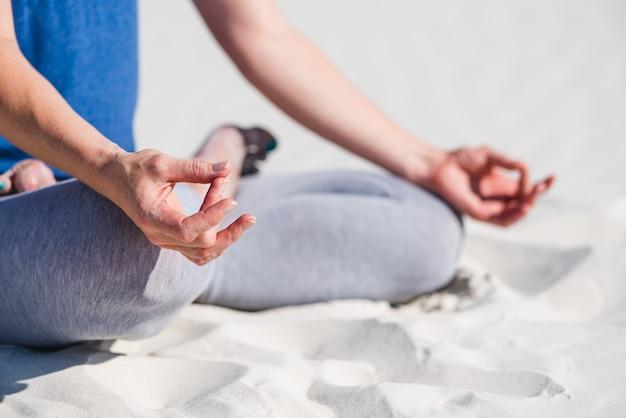 Sportieve vrouw zitten en ontspannen op het strand. achtergrond van woestijn of zand.